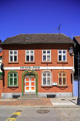 Irish Pub Waren Waren (Müritz), Strandstraße 19. Das schmucke Häuschen in unmittelbarer Nähe des Warener Yachthafens beherbergt einen gemütlichen Irish Pub. Zuvor befand sich hier im Haus die Mausefalle - die bunten Fenstergitter im Erdgeschoss des Hauses erinnern noch daran. (Bild 106-5058)
