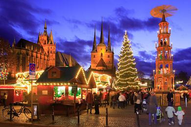 Erfurter Weihnachtsmarkt - Dom St. Marien & St. Severi.Erfurt, Domplatz. Weihnachtsmarkt. Alljährlich bietet der Erfurter Domberg mit Mariendom und Severikirche eine malerische Kulisse für einen der schönsten Weihnachtsmärkte Deutschlands. (Bild 106-8542)