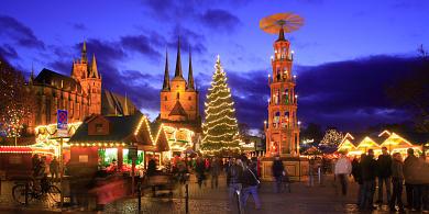 Erfurt: Panorama vom festlich erleuchteten Weihnachtsmarkt auf dem Domplatz mit Dom und Severikirche. (Bild 106-8543)