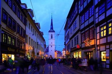 Erfurt: Blick vom Domplatz in die weihnachtlich geschmückte Marktstraße. Westturm der Allerheiligenkirche. (Bild 106-8552)
