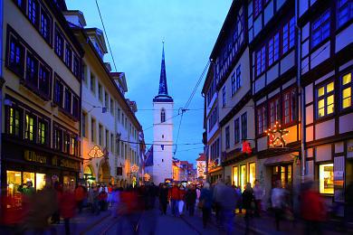 Erfurt: Blick vom Domplatz in die weihnachtlich geschmückte Marktstraße. Westturm der Allerheiligenkirche. (Bild 106-8553)