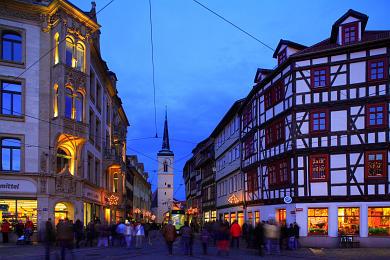 Erfurt: Blick vom Domplatz in die weihnachtlich geschmückte Marktstraße. Westturm der Allerheiligenkirche. (Bild 106-8556)