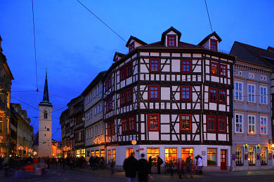 Erfurt: Blick vom Domplatz in die weihnachtlich geschmückte Marktstraße. Westturm der Allerheiligenkirche. (Bild 106-8559)