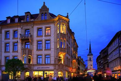 Erfurt: Blick vom Domplatz in die weihnachtlich geschmückte Marktstraße. Westturm der Allerheiligenkirche. (Bild 106-8562)