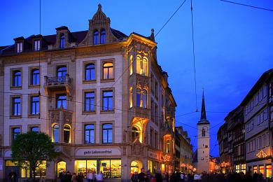 Erfurt: Blick vom Domplatz in die weihnachtlich geschmückte Marktstraße. Westturm der Allerheiligenkirche. (Bild 106-8563)