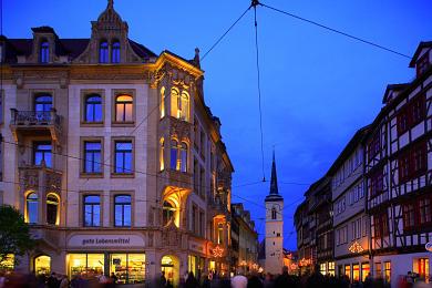 Erfurt: Blick vom Domplatz in die weihnachtlich geschmückte Marktstraße. Westturm der Allerheiligenkirche. (Bild 106-8564)