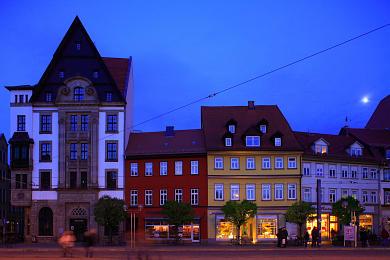 Erfurt: Domplatz am Abend. Bürgerhäuser an der Ostseite. Links: Hauptbibliothek der Stadt- und Regionalbibliothek Erfurt, Domplatz 1. (Bild 106-8567)
