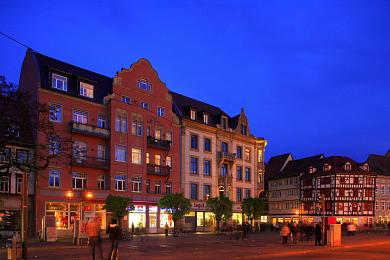 Erfurt: Domplatz am Abend. Ostseite, Bürgerhäuser aus verschiedenen Epochen. (Bild 106-8570)