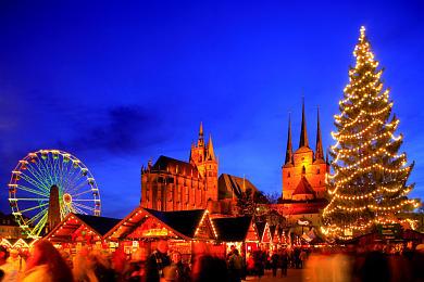Erfurt: Weihnachtsmarkt mit Dom und Severikirche auf dem Domplatz. (Bild 106-8578)