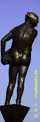 """Stadtgestaltiker Leipzig, Grimmaische Straße. Der Stadtgestaltiker (von hinten) ist Teil der Bronze-Skulptur """"Die Unzeitgemäßen Zeitgenossen"""" von Bernd Göbel (Halle / Saale). Weitere Bilder der """"Unzeitgemäßen Zeitgenossen"""" finden Sie in der Fotostrecke """"Grimmaische Straße Leipzig"""" (Link oben). (Bild 107-0712)"""