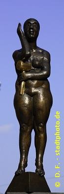 """Pädagogikerin Leipzig, Grimmaische Straße. Die Pädagogikerin ist Teil der Bronze-Skulptur """"Die Unzeitgemäßen Zeitgenossen"""" von Bernd Göbel (Halle / Saale). Weitere Bilder der """"Unzeitgemäßen Zeitgenossen"""" finden Sie in der Fotostrecke """"Grimmaische Straße Leipzig"""" (Link oben). (Bild 107-0714)"""
