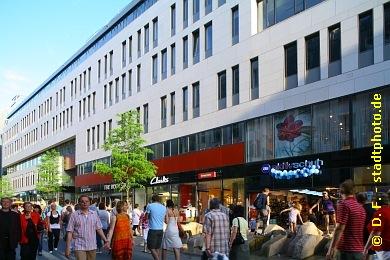 Universität Leipzig , Institutsgebäude der Wirtschaftswissenschaftlichen Fakultät Leipzig, Grimmaische Straße 12 / 14. Die Wirtschaftswissenschaftliche Fakultät der Universität Leipzig bezog als Erste ihr neues Domizil in der Leipziger Innenstadt auf dem Campus Augustusplatz. Erbaut wurde das Institutsgebäude nach Entwürfen der Architekten behet + bondzio + lin (Münster). Im Erdgeschoss und teilweise auch im ersten Obergeschoss bietet es zudem Einzelhandelsflächen in bester Citylage: Die Grimmaische Straße ist - neben der Petersstraße und der Hainstraße - eine der beliebtesten und belebtesten Einkaufsstraßen der Leipziger Innenstadt. (Bild 107-0854)