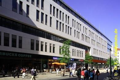 Universität Leipzig , Institutsgebäude der Wirtschaftswissenschaftlichen Fakultät Leipzig, Grimmaische Straße 12 / 14. Die Wirtschaftswissenschaftliche Fakultät der Universität Leipzig bezog als Erste ihr neues Domizil in der Leipziger Innenstadt auf dem Campus Augustusplatz. Erbaut wurde das Institutsgebäude nach Entwürfen der Architekten behet + bondzio + lin (Münster). Im Erdgeschoss und teilweise auch im ersten Obergeschoss bietet es zudem Einzelhandelsflächen in bester Citylage: Die Grimmaische Straße ist - neben der Petersstraße und der Hainstraße - eine der beliebtesten und belebtesten Einkaufsstraßen der Leipziger Innenstadt. (Bild 107-1199)
