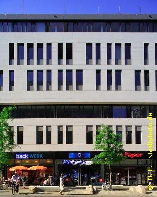 Universität Leipzig , Institutsgebäude der Wirtschaftswissenschaftlichen Fakultät Leipzig, Grimmaische Straße 14. Die Wirtschaftswissenschaftliche Fakultät der Universität Leipzig bezog als Erste ihr neues Domizil in der Leipziger Innenstadt auf dem Campus Augustusplatz. Erbaut wurde das Institutsgebäude nach Entwürfen der Architekten behet + bondzio + lin (Münster). Im Erdgeschoss und teilweise auch im ersten Obergeschoss bietet es zudem Einzelhandelsflächen in bester Citylage: Die Grimmaische Straße ist - neben der Petersstraße und der Hainstraße - eine der beliebtesten und belebtesten Einkaufsstraßen der Leipziger Innenstadt. (Bild 107-1885)