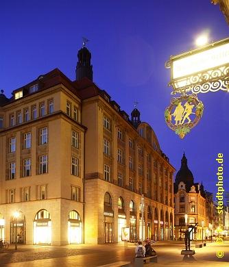 """Steigenberger Grandhotel Handelshof Leipzig am Abend / bei Nacht. Hotel ***** / 5 Sterne. Leipzig, Salzgäßchen 6, Ansicht Grimmaische Straße 1 / 7 / Ecke Naschmarkt. Vis a vis der Mädler-Passage mit dem - durch Goethes """"Faust"""" weltberühmten - Restaurant """"Auerbachs Keller"""" befindet sich der in 2011 von der Leipziger Stadtbau AG liebevoll sanierte Handelshof. Der einstige Messepalast beherbergt nun neben dem Luxushotel der Steigenberger-Kette einige Büros und mehrere exklusive Geschäfte. Am 5. Mai 2012 eröffnete das """"Alex im Burgkeller"""" - Caf�, Bar, Bistro, Kneipe und Restaurant - auf ca. 425 m&#178 im Erdgeschoss am Naschmarkt. (Bild 107-5277)"""
