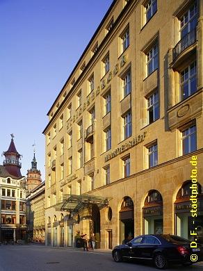 Steigenberger Grandhotel Handelshof Leipzig Hotel ***** / 5 Sterne. Leipzig, Salzgäßchen 6. Das Bild zeigt den einstigen Messepalast Handelshof im Ensemble mit Riquet Haus (Schuhmachergäßchen 1 / 3 / Ecke Reichsstraße), Specks Hof und Nikolaikirche. (Bild 107-5288)