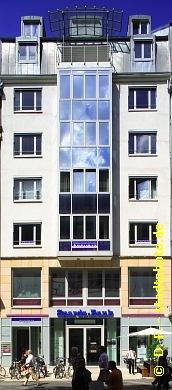 Büro- und Geschäftshaus Leipzig, Grimmaische Straße 23. 8-geschossiges Büro- und Geschäftshaus mit Einzelhandelsflächen im Erdgeschoss und ersten Obergeschoss sowie Büroflächen in den Obergeschossen an einer der beliebtesten und belebtesten Einkaufsstraßen der Leipziger Innenstadt. Die Einzelhandelsfläche im Erdgeschoss beherbergt seit dem 8. Mai 2014 eine der etwa 800 Fillialen von Apollo Optik. Zuvor wurde die Fläche genutzt von einem Privatkundencenter der Spardabank Berlin e.G. Dieses wurde Ende 2013 geschlossen, die nächste Filliale befindet sich am Leipziger Hauptbahnhof. Der nächste Geldautomat der Volksbanken und Raifeisenbanken befindet sich am Gebäude Grimmaische Straße 9 / 11 direkt neben dem Modehaus Fischer. Siehe auch:Bild 106-5262 - Das Gebäude mit schmeichelnder Abendsonne undBild 107-5372 - Die Gebäude Grimmaische Straße 21 und 23. (Bild 107-5367)