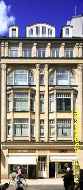 Büro- und Geschäftshaus Leipzig, Grimmaische Straße 21. 6-geschossiges Büro- und Geschäftshaus mit Einzelhandelsflächen im Erdgeschoss und Büroflächen in den Obergeschossen an einer der beliebtesten und belebtesten Einkaufsstraßen der Leipziger Innenstadt. Siehe auch:Bild 106-5259 undBild 107-5372 (Bild 107-5371)