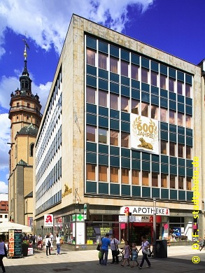 Löwenapotheke und Nikolaikirche Leipzig, Grimmaische Straße 19 / Ecke Nikolaistraße. Die traditionsreiche Löwenapotheke blickt - wie die Universität Leipzig  - auf eine 600jährige Geschichte zurück. (Bild 107-5379)