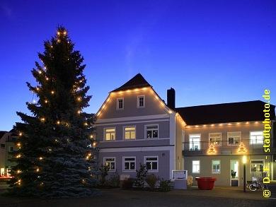RathausMarkranstädt, Markt 1. Weihnachtszeit in Markranstädt. Weihnachtlich geschmücktes Rathaus der Stadt Markranstädt mit Weihnachtsbaum am Abend / bei Nacht.9. Markranstädter Weihnachtsmarkt Am 5. Dezember 2015 ist wieder Weihnachtsmarkt auf dem Markt in Markranstädt - von 14. bis 20 Uhr. Nun schon zum 9. Mal. (Bild 107-6456)