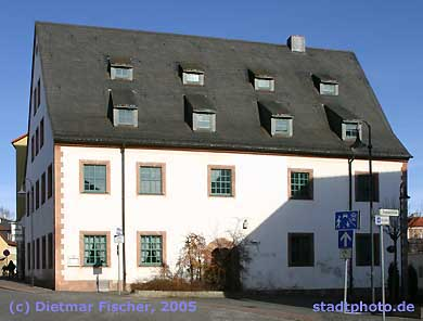 Städtisches Heimatmuseum Taucha, Eilenburger Straße 8. Das Heimatmuseum der Stadt Taucha wurde vor über 85 Jahren gegründet. Seit 1977 befindet es in einem der ältesten Bürgerhäuser der Stadt, einem früheren Brauhaus. Die notwendige umfangreiche Sanierung des Gebäudes wurde bereits im Mai 1995 abgeschlossen. (Bild taucha-002)