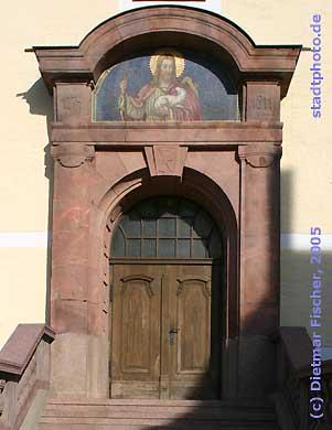 Stadtkirche St. Moritz, Haupteingang Taucha, Kirchstr. 3. Erbaut in den Jahren 1772 bis 1774, prägt die Stadtkirche St. Moritz mit ihrem stattlichen Westturm bis heute das Stadtbild der Stadt Taucha. (Bild taucha-004)