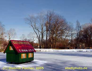 Stadtpark Taucha Taucha. Zugefrorener Teich im Stadtpark. (Bild taucha-007)